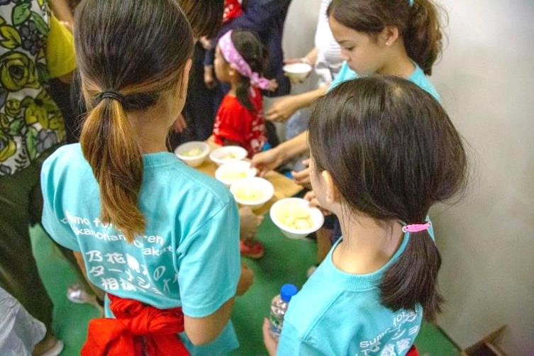 「貴乃花親方のインターナショナル相撲教室」ちゃんこ鍋を食べる子供達