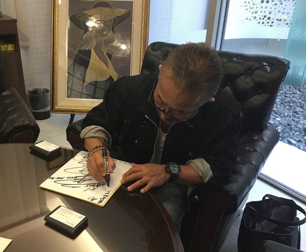 サインをする角田信明師範