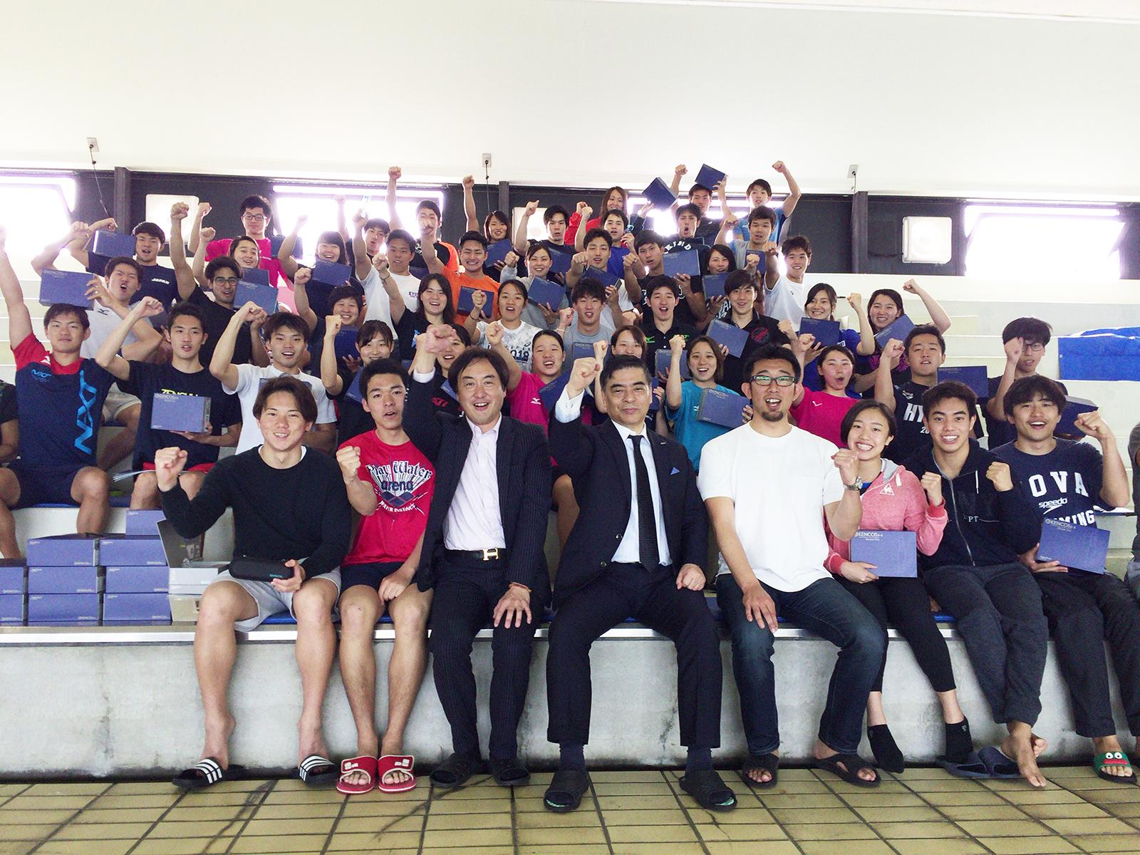 近畿大学 水上競技部の部員の皆様と山本貴司監督、アクアバンク代表竹原タカシとの記念撮影