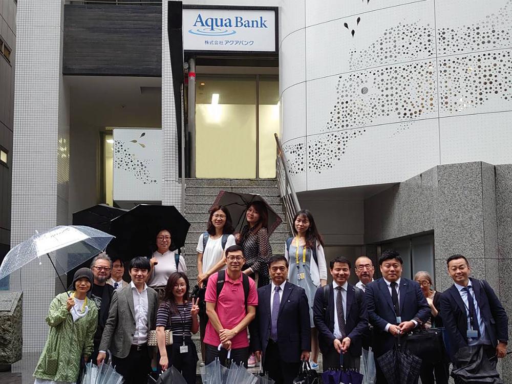 会社の前で中国メディアの取材陣と記念撮影