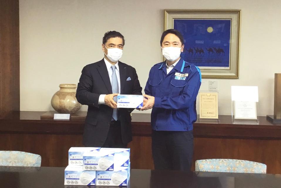 2020年5月27日(水)株式会社アクアバンク 代表 竹原タカシが鎌倉市役所にてマスクの寄贈を行った様子